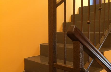 balustrada na klatce schodowej  z drewnianym pochwytem